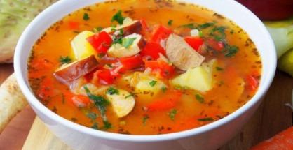 Ciorba taraneasca cu carnati si cartofi