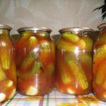 Castraveti murati in marinada cu suc de tomate