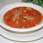Gulas cu carne si sos de rosii